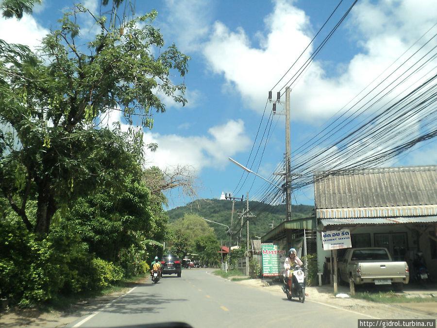 Дорога на Биг Будду, вдали на горе его уже видно.