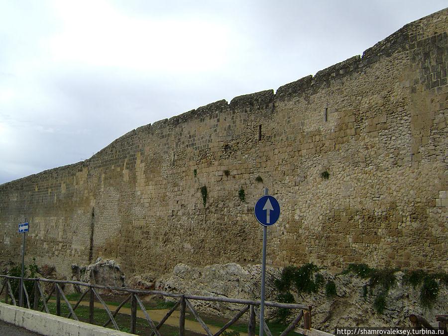 Тарквиния. Стены города Тарквиния, Италия