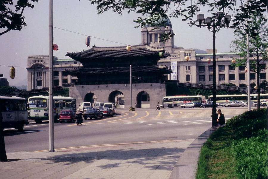 Вид на главные ворота дворца и Дом японского генерал-губернатора до 1995-го года