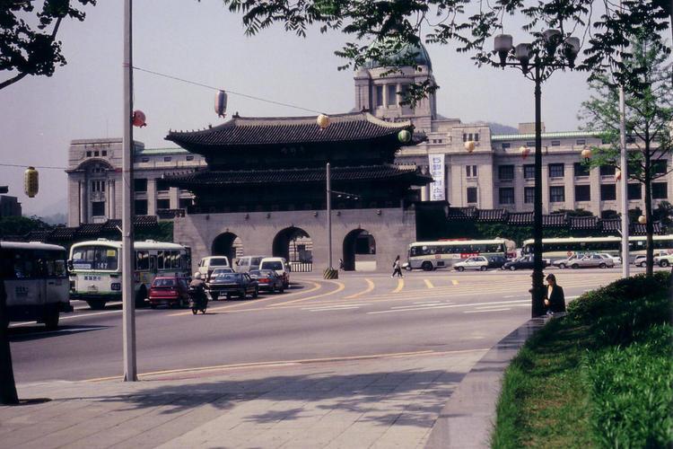 Вид на главные ворота дво