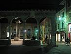 Ложа Рыцарей (Loggia dei Cavalieri), построенная во времена правления Андреа да Перуджа (1276 г.), богато украшена фресками.