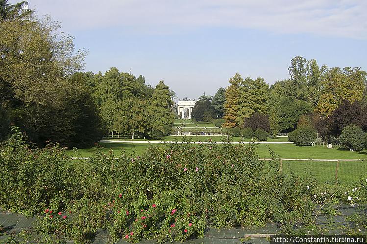 Вид на парк из ворот замк