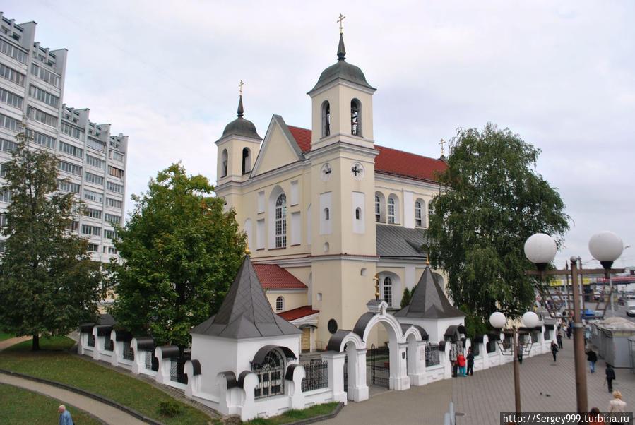Петропавловский собор (Екатерининская церковь). 1612г. Древнейшая из сохранившихся церквей Минска. Сильно закрыта построенными рядом многоэтажками.