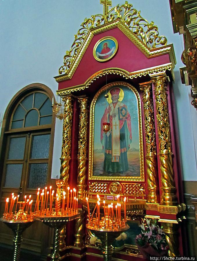 у св. Николая традиционно много свечек