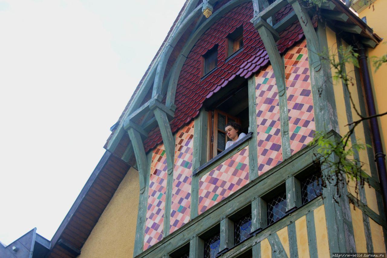 Иногда из окон своих расписных башенок выглядывают настоящие принцессы. Хорошо живется принцессам, их не подгоняет коварное время, знай себе, поглядывай сверху и высматривай какого-нибудь де Труа. Труа, Франция