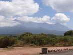 Вулкан Меру — кальдера, открытая на восток, с небольшим конусом в центре.