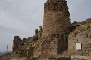 Руины   самой   нижней   террасы.   Отсюда   находится   недалеко   вход —  выход   в   ограждении   Акрополя.  С   этой   стороны   на   Акрополь   можно   подняться   пешком.