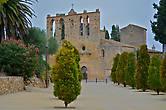 за каменными стенами города паркуемся около церкви Святого Эстева (Стефана, Стивена) XIII столетия