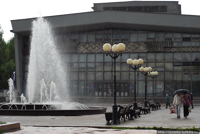 Большой фонтан хулиганит и поливает прохожих.