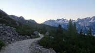 До приюта идет отличная дорога с набором высоты около 500 метров. Относительно простой маршрут, в некоторых местах абсолютно пологий, как на этом фото.