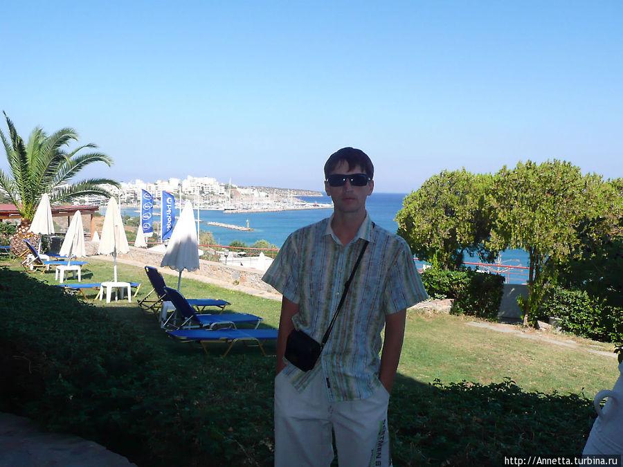 территория отеля, на заднем плане — Агиос Николаос