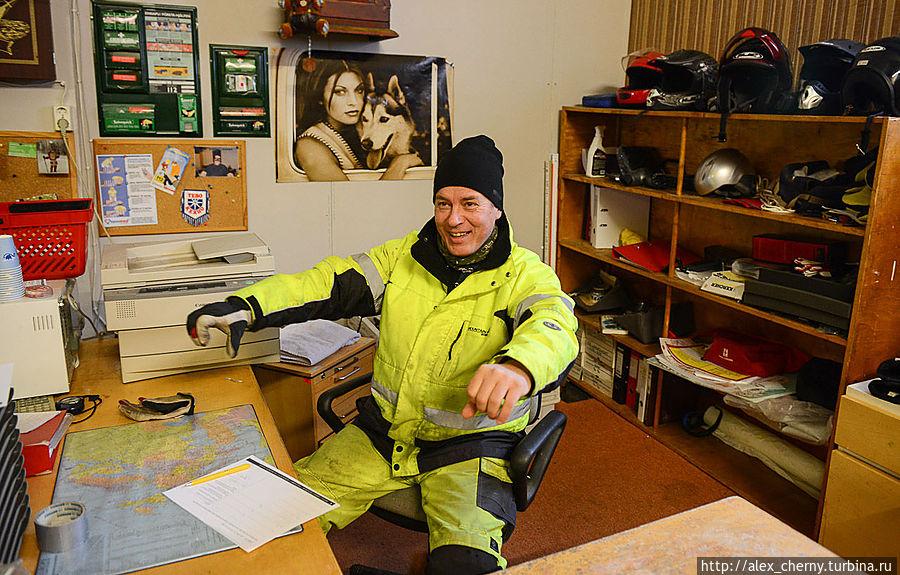 Юрий показывает как фины ездят на снегоходах со скоростью 80км в час на расстояния 200 км