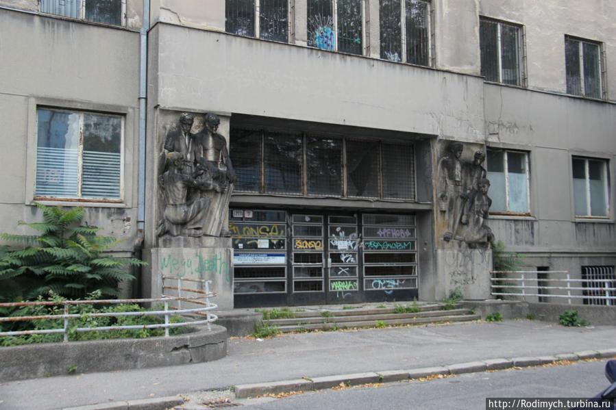 Закрытая больница через дорогу
