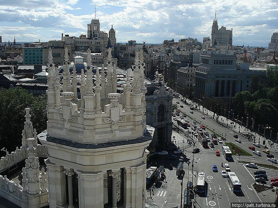 Знаменитая Алькала и Генеральный штаб (справа) и Банк Испании (слева)