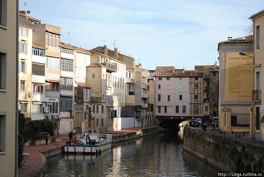 Канал проходит под одним из старых мостов Нарбонны...