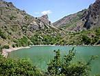 Вода в озере очень теплая, и купание доставляет особое удовольствие. Можно легко переплыть озеро поперек. Непосредственно возле озера можно разбить палатку и остаться на ночь.