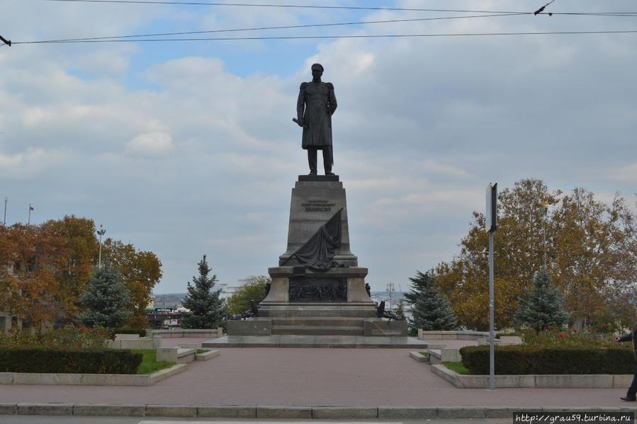 Современный памятник Нахимову