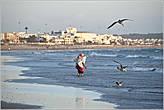 Вода Атлантики у берегов Марокко совсем не располагает к купанию. Большие волны и холодное течение — это на любителя... *