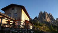 Приют Col de Carpi — высота немногим более 2000 метров. Приют стоит в живописном месте, однако, как и большинство мелких альпийских приютов, пустует.