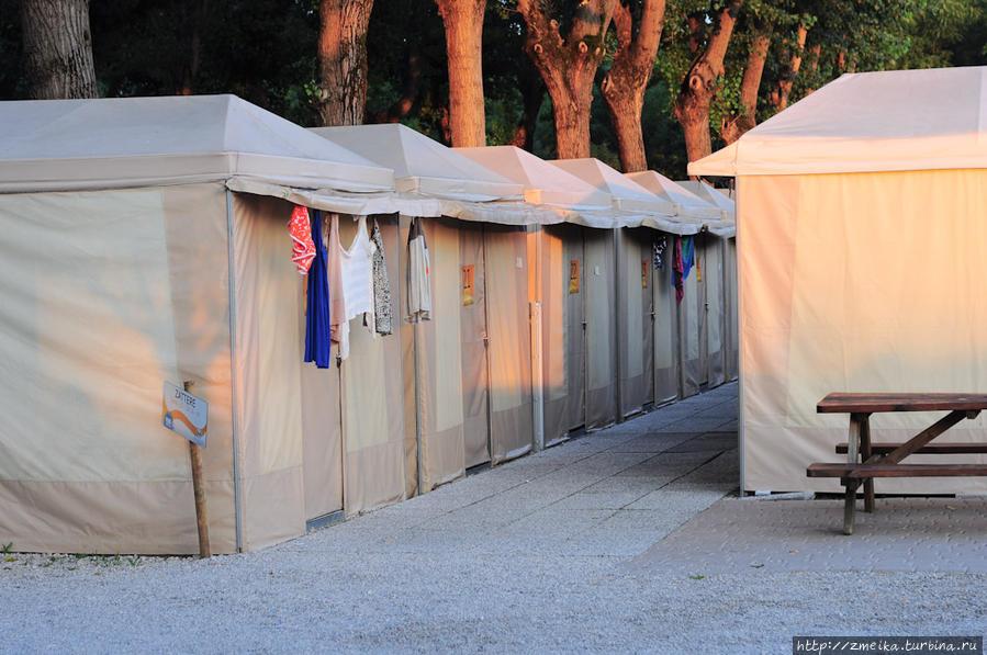 Тенты — это стационарные палатки, только чуть более обустроенные.