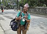 Если Магомет не идет к горе, то гора идет к Магомету. На улице прохожих поджидал этот улыбчивый непалец. Я было подумала, глядя на музыкальные инструменты, что это уличный музыкант, но он стал предлагал купить их у него. Сувенир, конечно, хороший — миниатюрный и экзотичный, но ведь потом пылиться будет, да и кроме скрипа ничего извлечь не получится.... И я прошла мимо...