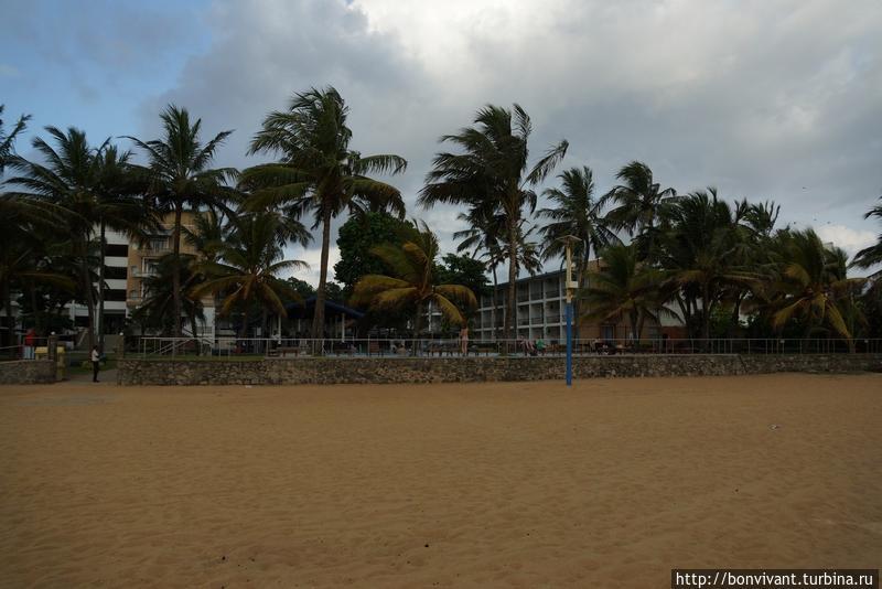 Пляж и вид на отель с него