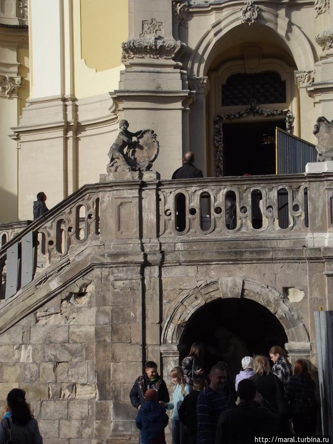 Лестница украшена балюстрадой и скульптурами восьми гениев