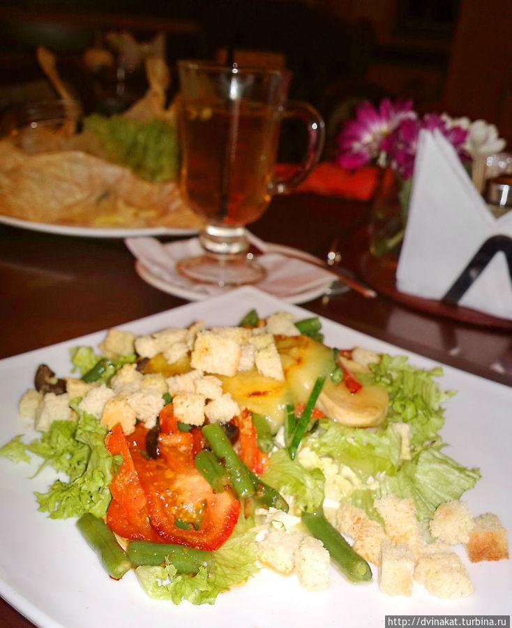 Теплый салатик с сыром сулугуни и яблочный глинтвейн.