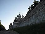 Сергиевская (Сергия Радонежского) надвратная церковь (1650 — 1700).  Через эти врата можно попасть внутрь. Рядом  есть парковка.