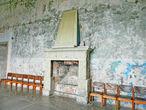 Камин в одном из залов замка.  Разве могли знать маляры, покрасившие эти декоративные плитки масляной краской, что они вывезены из Помпеев, и им две тысячи лет...