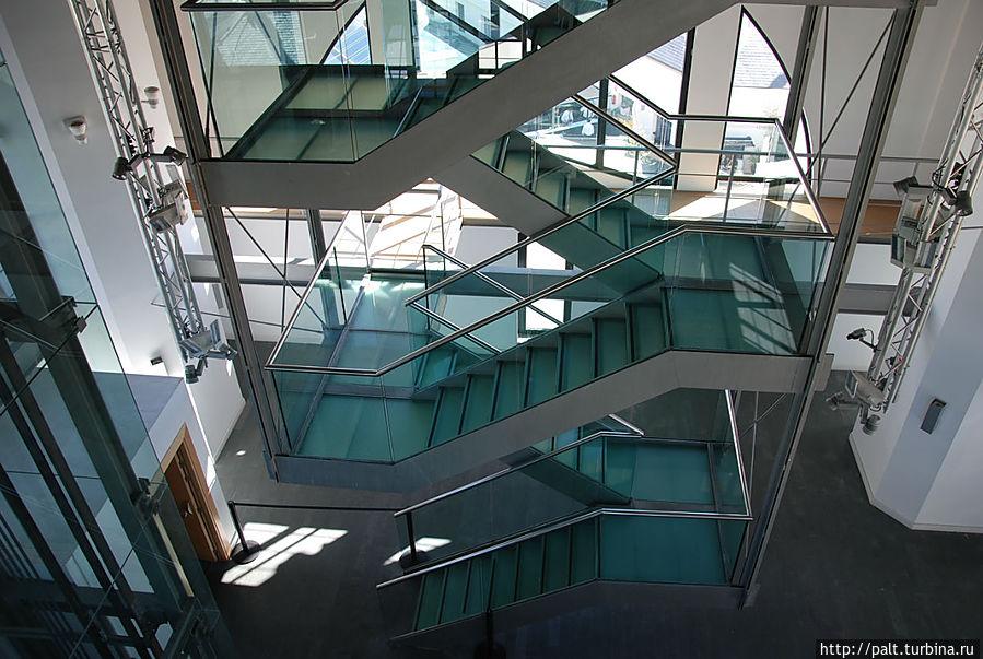 Лестница на смотровую площадку (до 6 этажа идет лифт, а дальше два этажа ножками)