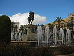 В центре площади среди фонтанов возвышается конная статуя Мигеля Примо де Ривьера (Miguel Primo de Rivera), родившегося в Хересе испанского диктатора с 1923 по 1930 год. Однако, теперь годы его правления по сравнению с диктатурой Франко, кажутся мягкими и прогрессивными.