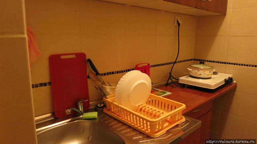 Мини-кухня. Плитка, несмотря на старинный вид, работает хорошо