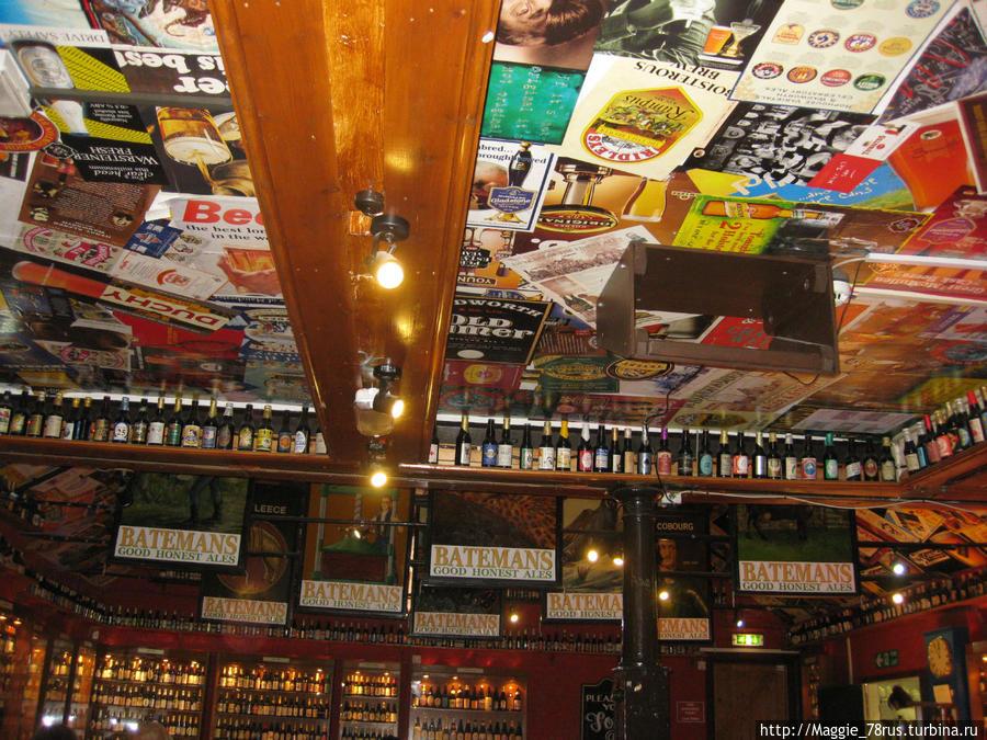 Потолок выполнен из постеров пивоварни