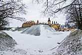 В начале XVI века владельцы Несвижа со смешной фамилией Кишки построили на этом месте деревянный замок. Впоследствии замок неоднократно перестраивался и менял владельцев. Во время войны 1654-1667 годов замок выдержал две осады русских войск.