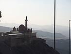 Дворец Исхак — Паши.Построен в 17 — 18 веке.В  виду проведения  реставрационных работ, вход на территорию был запрещен.Вид с Нижней крепости.
