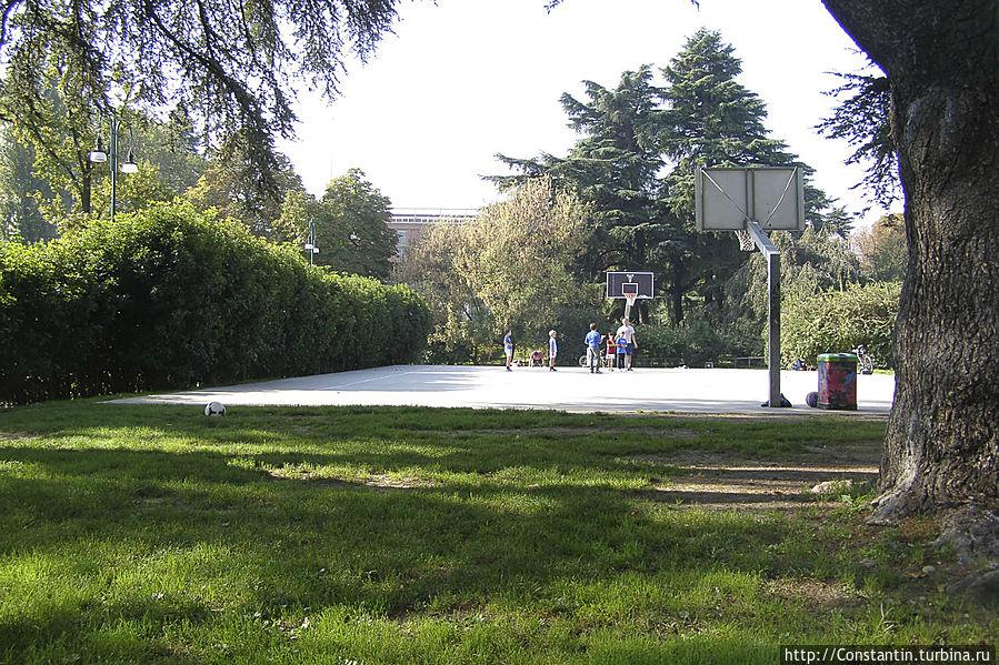 В таком месте вдвойне приятно погонять в баскетбол.