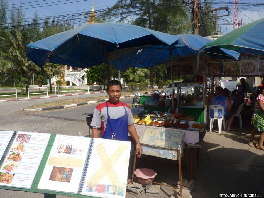 Гостеприимный владелей кафешки в на рынке пляжа Сурин