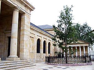 Дворец Паласио де Алегриа, в котором находится музей Страны Басков Euskal Herria, расположен рядом с Домом Собраний и Деревом. Это особняк в стиле барокко с фасадом из тесаных камней, зарешеченными балконами и гербом семьи Альенде Салазара на фронтоне. Здание было восстановлено в XVIII веке после его разрушения.