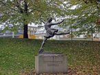 удивительно после парка Вигеланда было видеть скульптуру одетой девушки, но это памятник знаменитой норвежской фигуристки)))