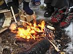 Костёр — это, конечно, необходимость. Но такой сильный зимой разводят редко: велика опасность подпалить обувь.