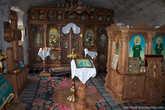 Внутри есть небольшая церковь, и церковный магазин. В этом скиту служит всего один монах.