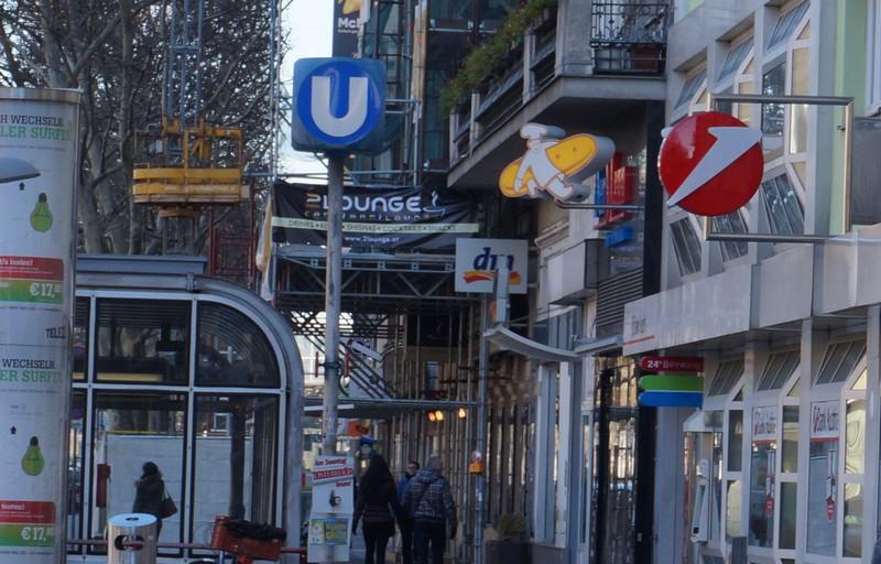 Если из отеля повернуть направо, в сторону Пратера, то у входа в метро будет неплохая кафешка с хорошим кофе и вкусной выпечкой. Открывается в 6.00.