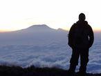 С Килиманджаро на задем плане. Облачный покров движется справа налево.
