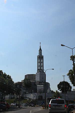 Заслуживает внимания и церковь Святого Роха. Очень интересная в плане архитектуры, она возвышается на холме.