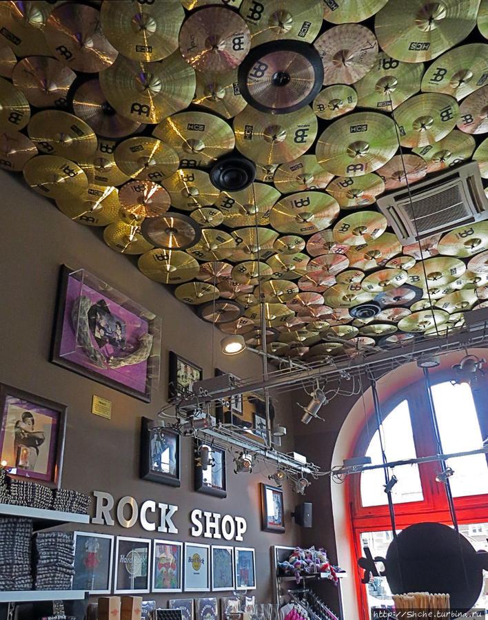 любят дизайнеры кафе как-то оригинально приукрасить помещения, здесь для оформления потолка использовали диски ударных установок (мотоцикл под потолком Вы уже наверняка заметили раньше:))