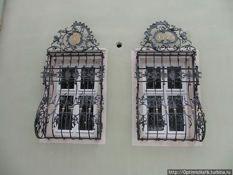 Богато украшенные кованым