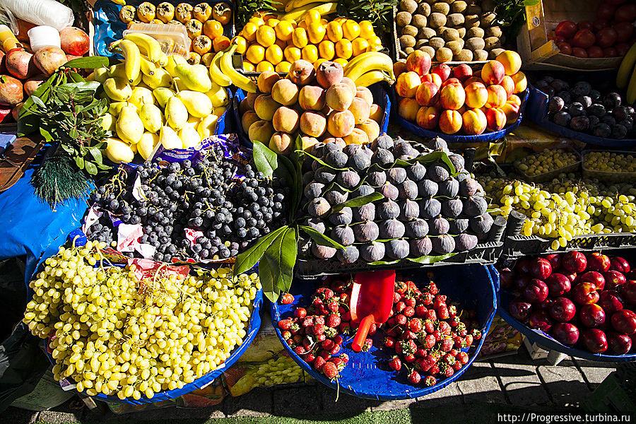 Невозможно не обратить внимание на безупречную выкладку фруктов в овощных лавках, расположенных прямо на тротуарах – так и хочется купить килограммчик гранатов или хурмы! Стамбул, Турция