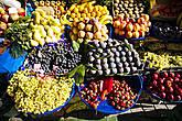 Невозможно не обратить внимание на безупречную выкладку фруктов в овощных лавках, расположенных прямо на тротуарах – так и хочется купить килограммчик гранатов или хурмы!
