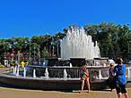 фонтаны на площади у входа